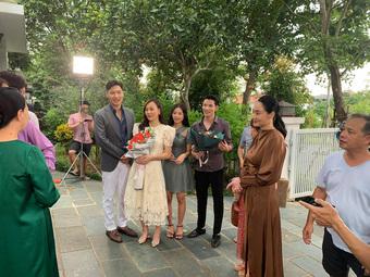 Hương vị tình thân tập cuối: Vợ chồng Thy - Huy tặng hoa chào đón Nam trở về nhà họ Hoàng
