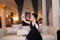 """Ngoài đam mê hát karaoke, bà Phương Hằng còn có sở thích đặc biệt khi chụp hình mà không bao giờ """"đụng hàng"""" với ai"""