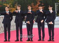"""Thảm đỏ sự kiện hot nhất showbiz Hàn hôm nay: """"Quý ông được khao khát nhất Kbiz"""" Jung Woo Sung thả tim đáng yêu dù đã ở tuổi U50"""