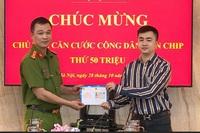 """Nam thanh niên Hà Nội nhận chiếc thẻ CCCD gắn chip """"quyền lực"""" thứ 50 triệu"""