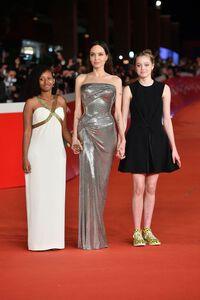 Bộ váy Versace hoàn hảo của Angelina Jolie trong lễ ra mắt phim Eternal tại Rome