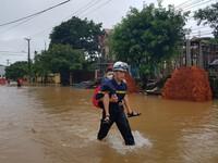 Giải cứu hàng trăm học sinh bị nước lũ bao vây