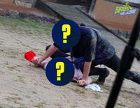 Running Man: Lộ cảnh 2 nhân vật đè ngửa nhau cực nhạy cảm, là Trương Thế Vinh với Lan Ngọc hay Karik?