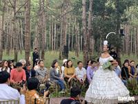 Hoàng Thùy, Thúy Ngân rạng rỡ trong trang phục thổ cẩm giữa rừng thông Đắk Nông