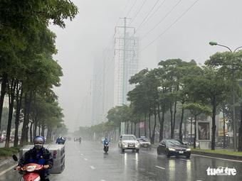 Giữa trưa, trời Hà Nội mịt mù như Sa Pa, kèm mưa, lạnh