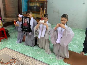 Xót xa loạt ảnh cháu ngoại và các con nuôi nheo nhóc đeo tang, ôm di ảnh Phi Nhung trong ngày cúng thất