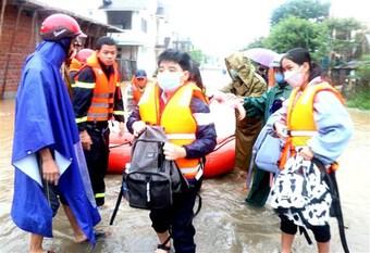 Quảng Trị: Cứu hộ hàng trăm học sinh khỏi khu trường bị ngập sâu