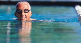 Người trên 50 tuổi đi bộ mỗi ngày có còn lý tưởng không hay là chỉ đẩy nhanh quá trình lão hóa? Bác sĩ ĐH Y gợi ý 5 bài tập phù hợp với người cao tuổi