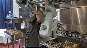 Thiếu lao động trầm trọng, nhiều nhà hàng phải dùng robot để phục vụ