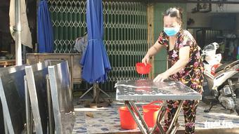 Ngày đầu tiên bán tại chỗ, dân Sài Gòn dậy sớm để ăn cơm tấm, phở nóng