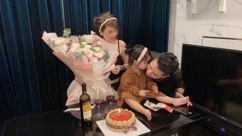 Chị gái Ngọc Trinh tình tứ bên chồng mừng kỉ niệm 3 năm ngày cưới, biểu cảm của cô con gái cưng mới gây sốt